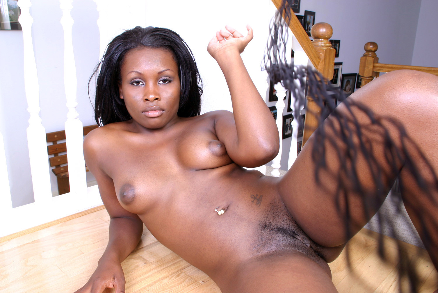 Ebony milf happy for shows your sex-slit. Picture #2.